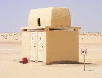 Toilet WC/Toilette in de woestijn dichtbij Tozeur - Tunesië, Noord-Afrika stock afbeelding