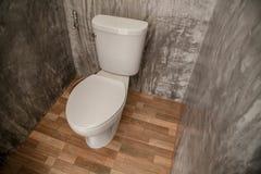 Toilet, zoldermuur royalty-vrije stock foto's