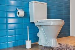 Toiletkom in de badkamers Stock Foto's