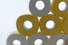 Toiletpaperas en textur på den vita bakgrunden Arkivfoto