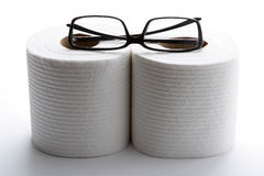 Toiletpapier en glazen Stock Fotografie