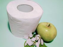 Toiletpapier met de geur van Apple royalty-vrije stock afbeeldingen