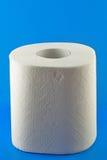 Toiletpapier op blauw Stock Afbeeldingen