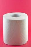 Toiletpapier op roze Stock Afbeeldingen