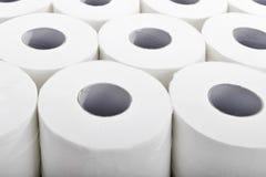 Toiletpapier in ordelijke rijenclose-up royalty-vrije stock fotografie