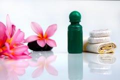 Toiletries με το λουλούδι και την πετσέτα plumeria Στοκ Εικόνες