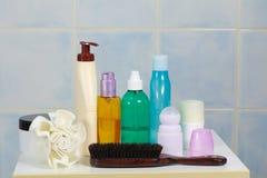 Toiletries в ванной комнате на полке Стоковое Изображение RF