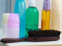 Toiletries в ванной комнате на полке Стоковые Изображения RF