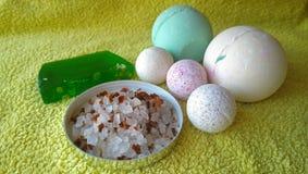 Toiletries kąpielowy mydło, kąpielowa sól i kąpielowe bomby różni rozmiary na ręczniku, zdjęcie stock