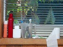 Toiletries Na okno zdjęcia stock