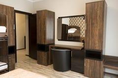 Toilettafel met spiegel Het elegante binnenlandse ontwerp van de hotelslaapkamer stock afbeeldingen
