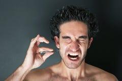 Toilettage - homme avec l'expression douloureuse Photographie stock libre de droits