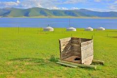 Toilette accroupie en bois mongole images libres de droits
