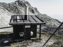 Toilette alta su nelle alpi europee Immagine Stock