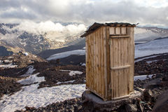 Toilette au bord d'une falaise Images stock