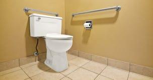 Toilette avec des poignées de mur d'handicap Images stock