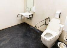 Toilette avec la conception amicale pour des personnes avec l'incapacité Photos stock