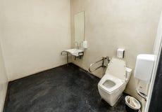 Toilette avec la conception amicale pour des personnes avec l'incapacité Photos libres de droits