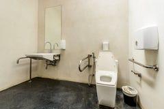 Toilette avec la conception amicale pour des personnes avec l'incapacité Photographie stock libre de droits