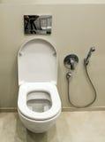Toilette avec le bidet dans la salle de bains Photo stock
