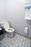 Toilette dans la salle de toilette de bureau Photo stock