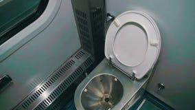 Toilette dans un chariot de train banque de vidéos