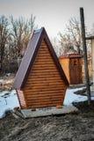 Toilette del paese fatta di legno, con una progettazione moderna nell'iarda fotografia stock