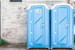 Toilette del portatile di due blu immagine stock libera da diritti