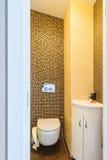 Toilette dell'ospite con il lavabo Fotografia Stock
