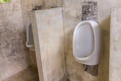 Toilette in der Toilette, men& x27; s-Badezimmer Stockbild