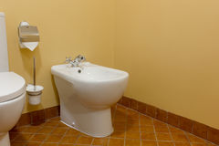 Toilette e bidet in bagno moderno fotografia stock libera da diritti