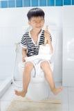 Toilette e ragazzo del lavabo fotografie stock libere da diritti