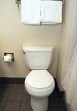 Toilette in einem Hotel-Badezimmer Lizenzfreie Stockbilder