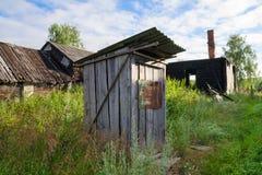 Toilette en bois dans le village russe Images stock