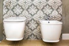 Toilette et détail d'un bidet faisant le coin de douche avec l'attachement de douche de bâti de mur photos stock