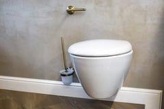 Toilette et détail d'un bidet faisant le coin de douche avec l'attachement de douche de bâti de mur image libre de droits