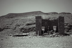 Toilette extérieure dans le désert, dépendance, noire et blanche Photos stock