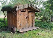 Toilette extérieure de bois dedans dans le pays Photographie stock libre de droits