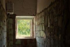 Toilette im aufgegebenen Landhaus Stockbilder