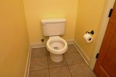 Toilette le siège étant coupé, dans la salle de bains à la maison photos stock