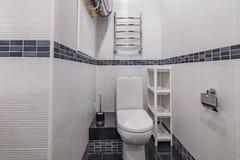Toilette mit Toilette lizenzfreie stockfotos