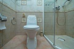 Toilette mit Toilette stockfotografie
