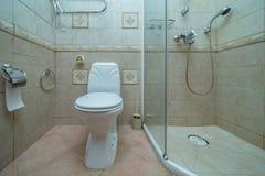 Toilette mit Toilette stockbild