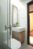 Toilette mit Badezimmer Lizenzfreie Stockfotos