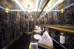 Toilette mit schwarzen Marmorwänden im Hotel Ukraine Stockfotografie