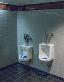 Toilette mit zwei Größentoiletten Stockbild