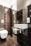 Toilette moderna di Brown fotografie stock
