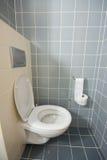 Toilette no quarto de hotel fotografia de stock royalty free