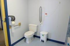 Toilette per gli anziani con le corde sulla parete Fotografie Stock