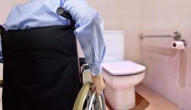 Toilette per la persona di inabilità fotografia stock